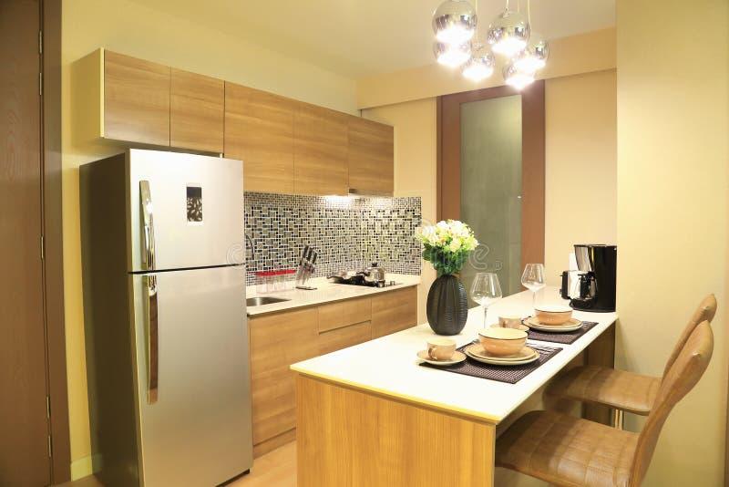 Warmer Ton der Luxusinnenarchitektur der Küche im Kondominium stockbilder