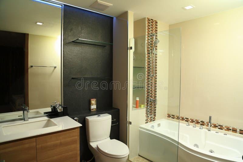 Warmer Ton der Luxusinnenarchitektur des Badezimmers mit Jacuzzi lizenzfreies stockbild