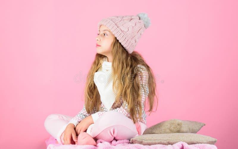 Warmer woolen Hut des Kinderlangen Haares genießen warmes Gestrickter warmer Hut des Kindermädchens Abnutzung, der rosa Hintergru lizenzfreies stockfoto