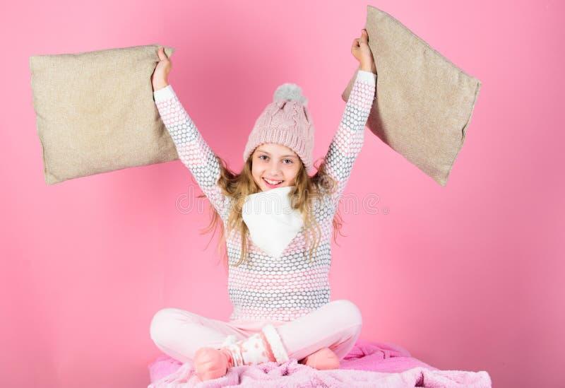 Warmer woolen Hut des Kinderlangen Haares genießen warmes Warme Zusätze, die Sie gemütlich dieser Winter halten Kindermädchenabnu stockbilder