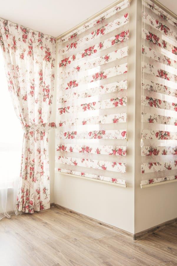 Warmes Licht durch bloße weiße Tulle- und Weinleseblumenvorhänge, Vorhänge mit roten Rosen im Schlafzimmer Wiedergabe 3D Büroräum lizenzfreie stockbilder