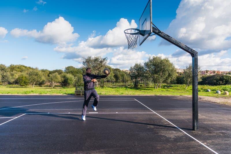 Warmin del jugador de básquet para arriba fotografía de archivo libre de regalías