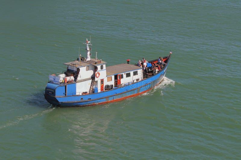 Warnemunde, Rostock, Duitsland - 06 Juli, 2018: Klein gemotoriseerd schip royalty-vrije stock afbeeldingen