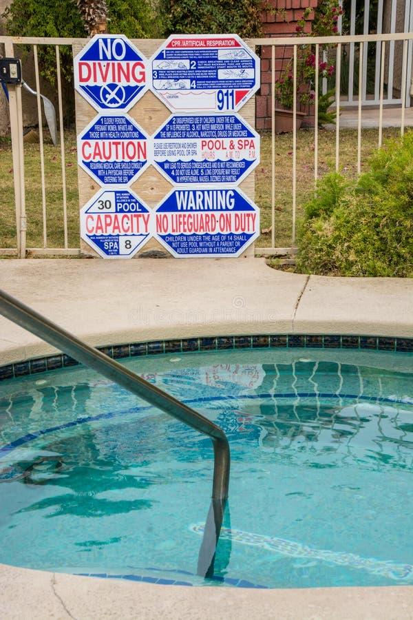 Warnen Sie Zeichen an der heißen Wanne und am Pool lizenzfreie stockbilder