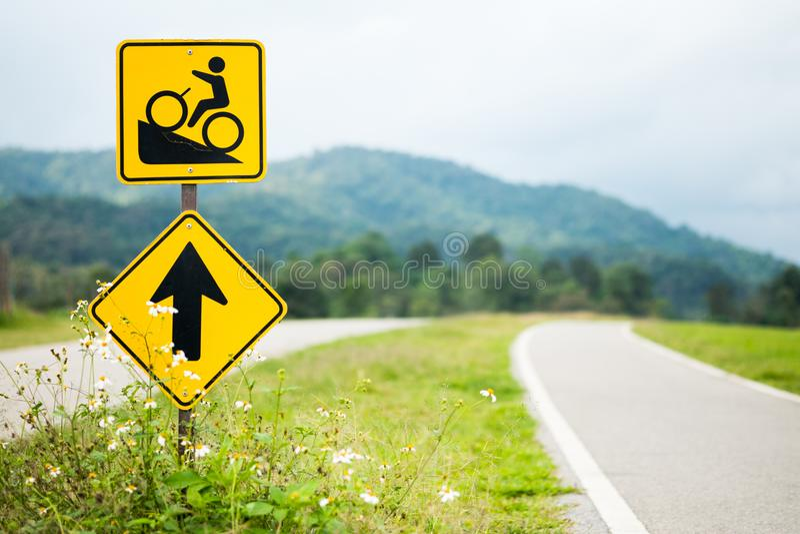 Warnende FahrradVerkehrsschilder aufwärts mit Fahrradweg auf dem Hügel lizenzfreie stockfotos