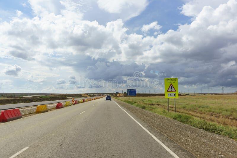 Warnendes Verkehrsschild mit der Aufschrift in der russischen Aufmerksamkeit! Notstandort Bau einer mehrstufigen Straßenkreuzung  lizenzfreie stockfotos