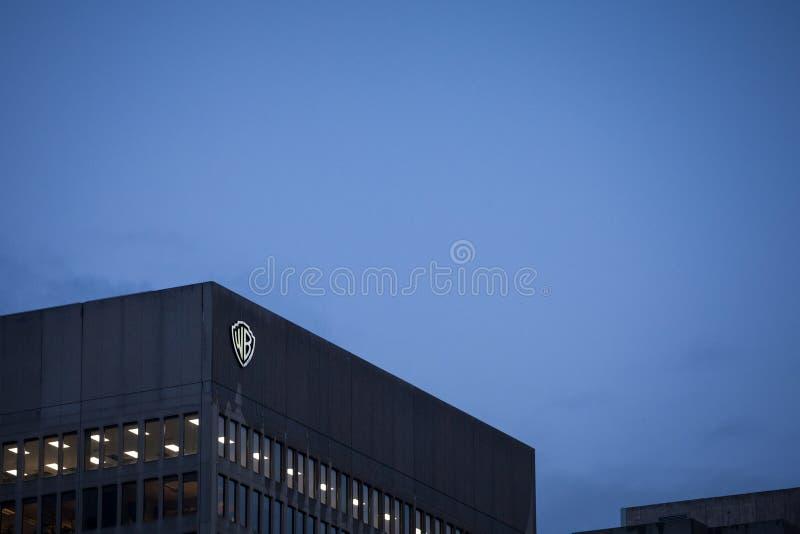 Warner Bros logo przed ich głównym biurem dla Montreal, Quebec Także dzwoniący WB, ja jest Amerykańskim rozrywką co obraz royalty free