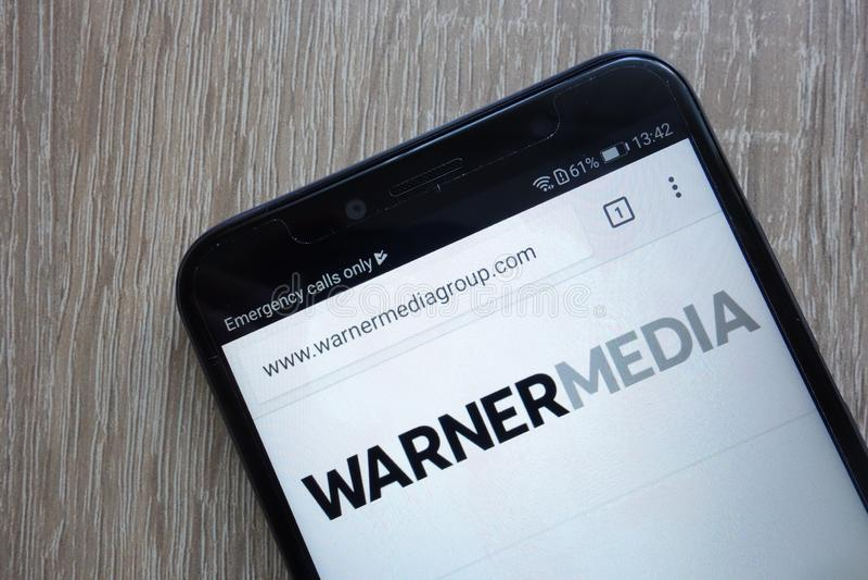 WarnerMedia website som visas på en modern smartphone royaltyfria bilder