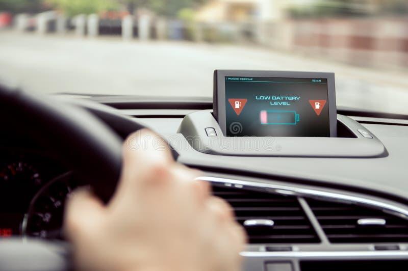 Warnung der schwachen Batterie im Auto stockfotografie