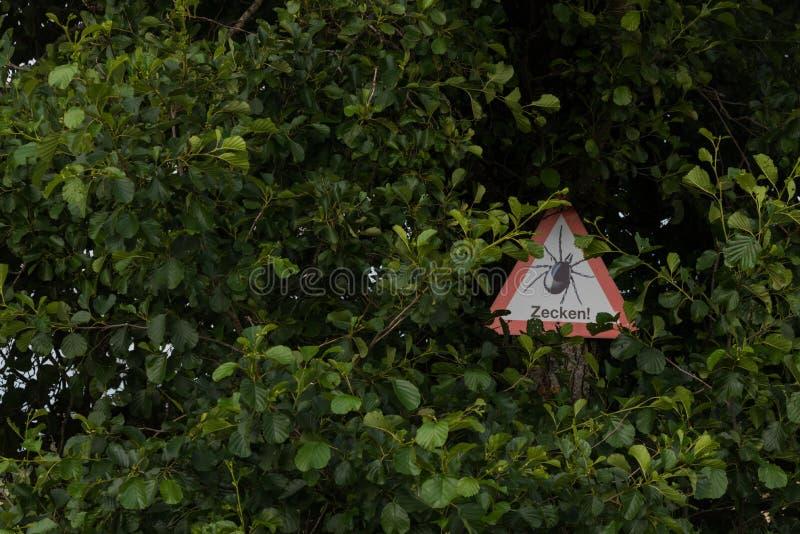 Download Warnung: Gefahr Durch Zecken! Stockbild - Bild von furcht, gefahr: 96926423