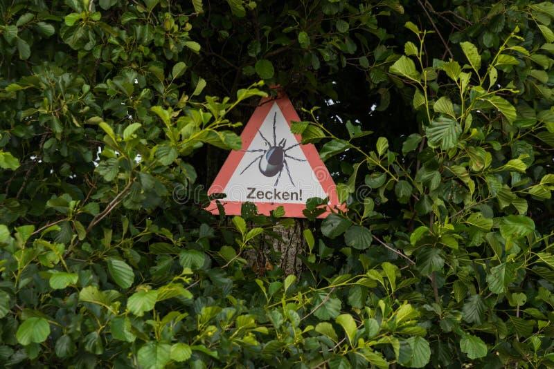 Download Warnung: Gefahr Durch Zecken! Stockbild - Bild von krankheit, wegweiser: 96932517