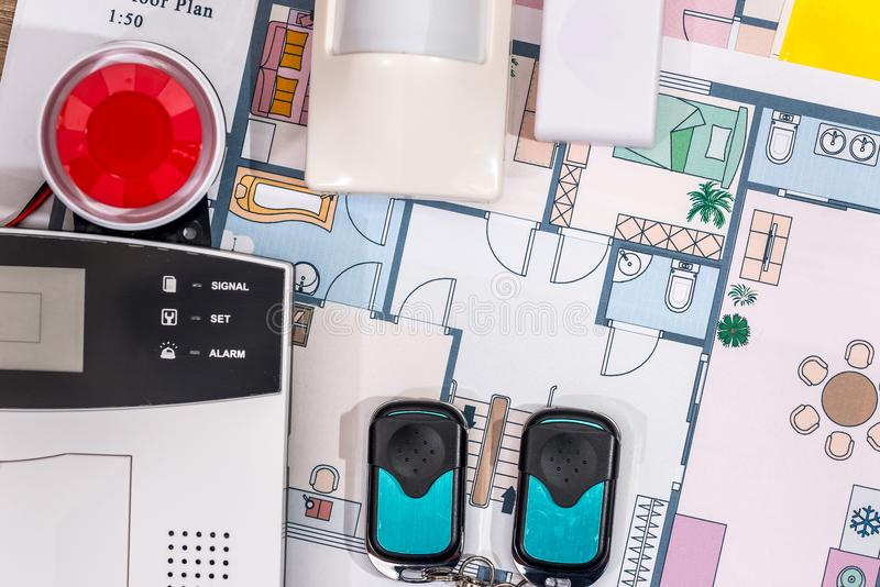 Warnungssystemhaus auf Hausplan stockfotografie