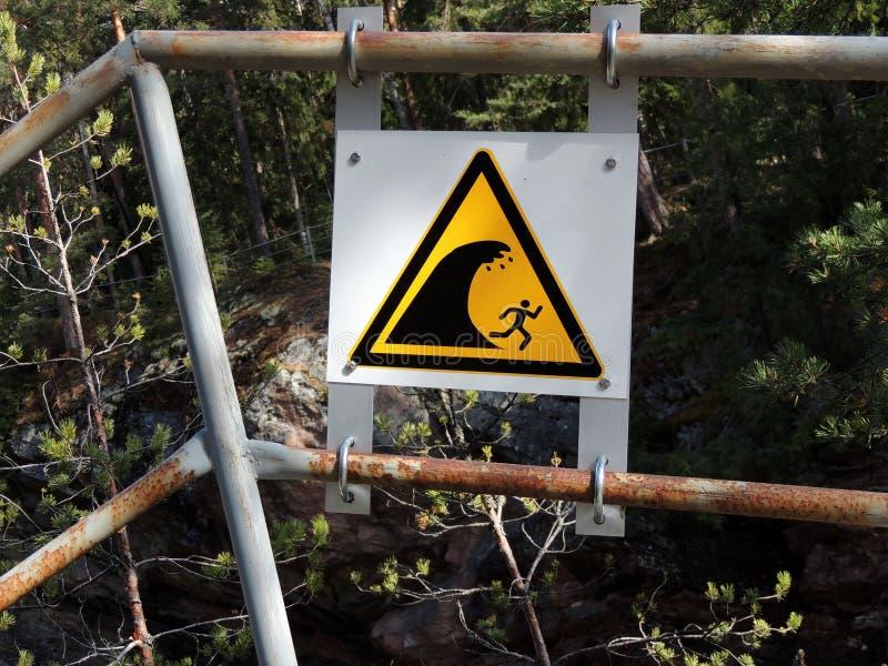 Warnzeichen über Abfall des Wassers stockfotos