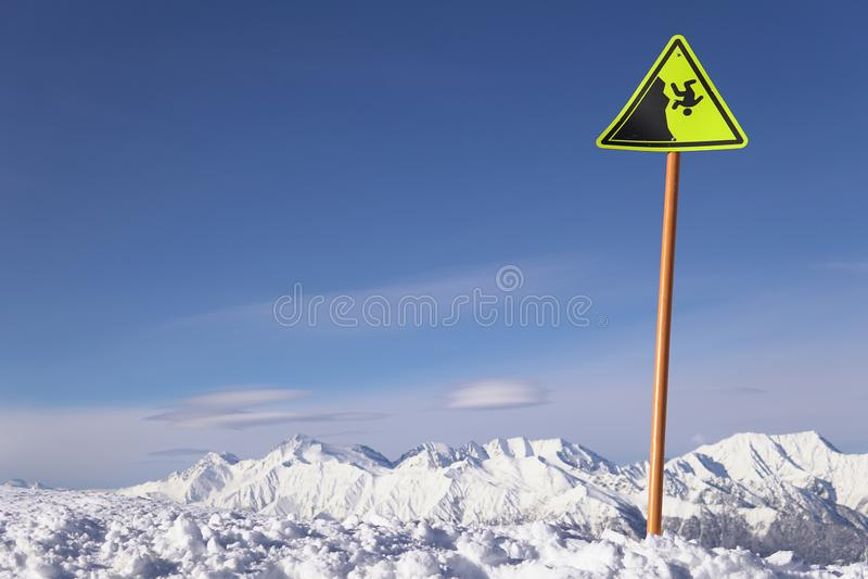Warnzeichen auf dem Abgrund des Skiortschneewinters stockbild