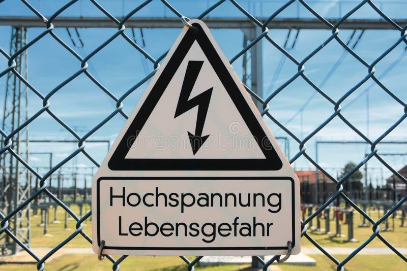 Warnzeichen auf dem Zaun lizenzfreies stockbild