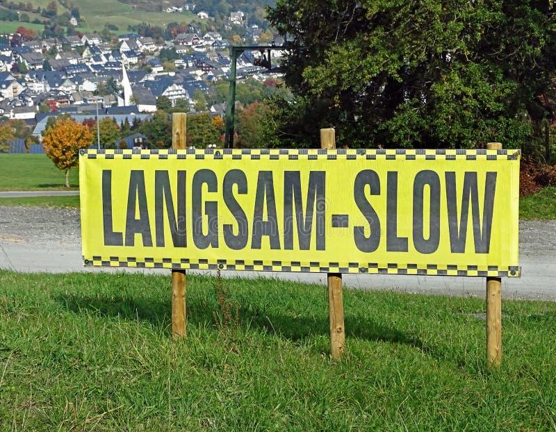 Warnzeichen auf einer Skisteigung lizenzfreie stockfotos