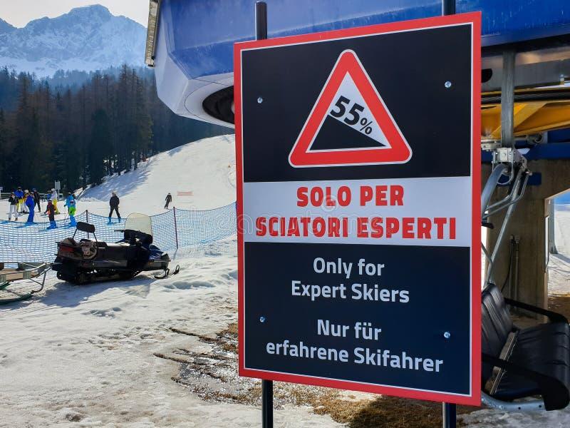 Warnzeichen auf einer Skisteigung nur f?r sachverst?ndige Skifahrer in Cortina d'Ampezzo, Dolomit, Italien stockfotografie