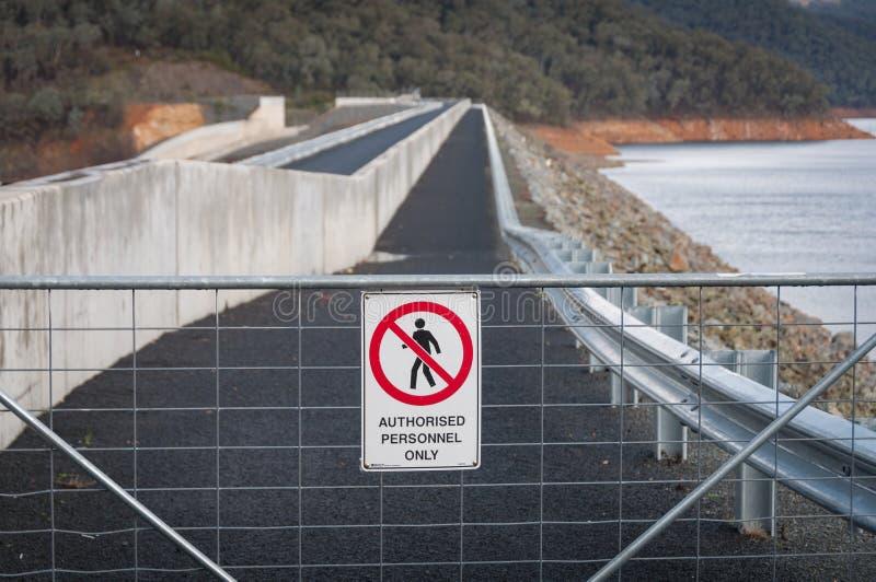 Warnzeichen auf Metallzaun für Zugangsbeschränkung lizenzfreie stockfotografie