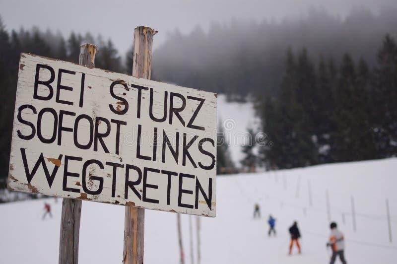 Warnzeichen auf Skisteigung stockfotos