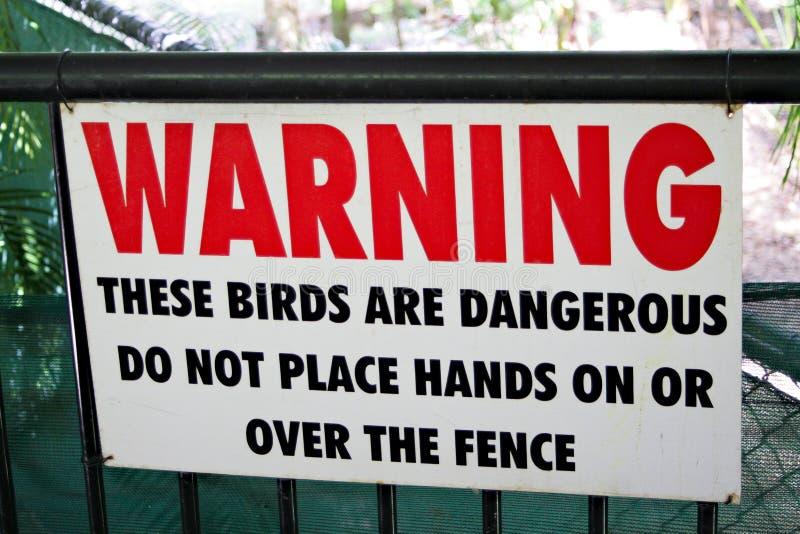 Warnzeichen auf Zaun für gefährliche große Vögel stockbilder