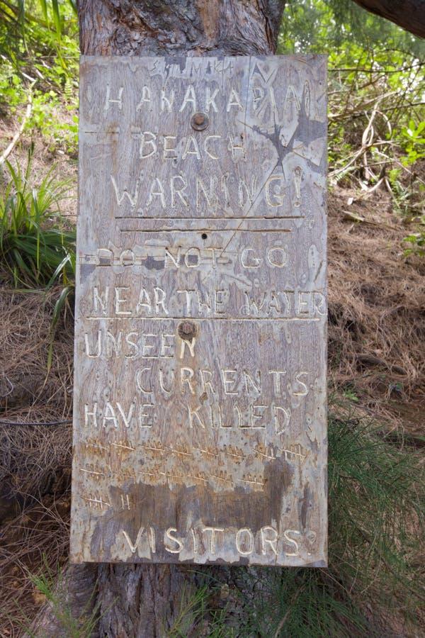 Warnzeichen, bevor Hanakapiai betreten wird stockfotos