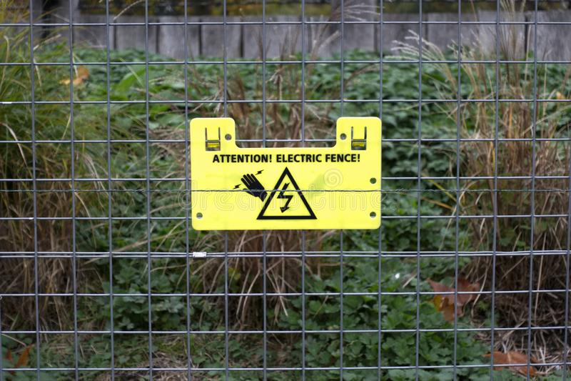 Warnzeichen der elektrischen Zaunaufmerksamkeit stockfotografie