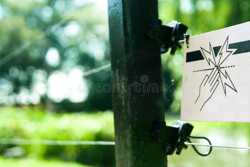 Warnzeichen des elektrischen Zauns stockfotografie