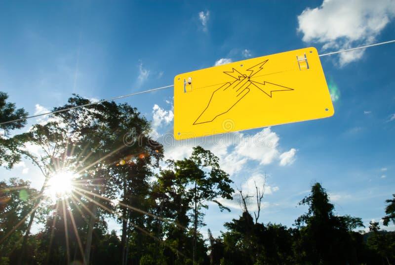 Warnzeichen des elektrischen Zauns zur Herstellung der Sperre zu den wild lebenden Tieren fores stockbilder