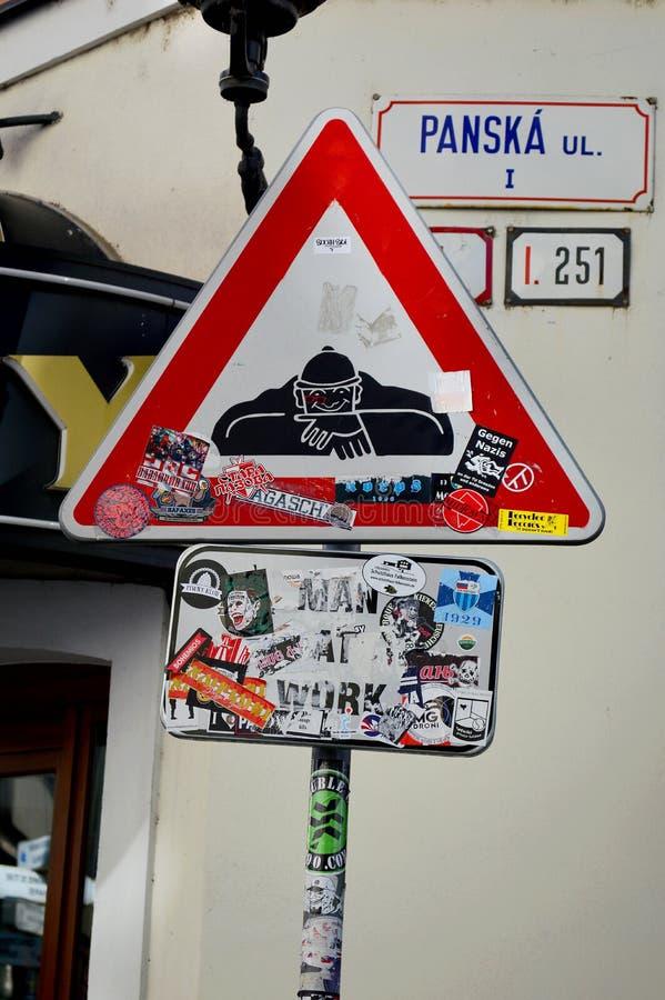 Warnzeichen für den Beobachter - Mann an der Arbeits-Statue Bratislava 3 lizenzfreies stockfoto