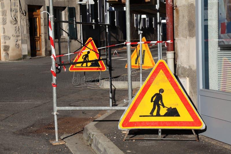 Warnzeichen für Verkehr unter Baugerüst stockfotos
