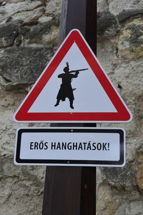 Warnzeichen im eger Ungarn für laute Geräusche lizenzfreies stockfoto