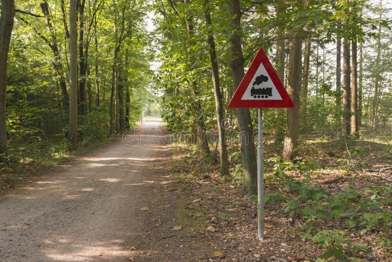 Warnzeichen mit der Bedeutung des Niveauübergangs ohne Sperren in lizenzfreies stockbild