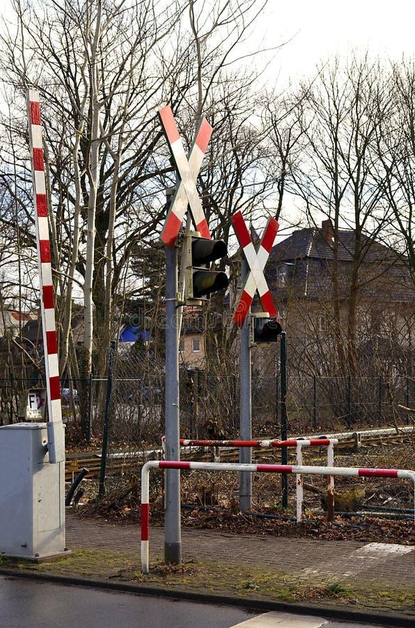 Warnzeichen und Lampen mit Sperre am Bahnübergang lizenzfreie stockfotografie