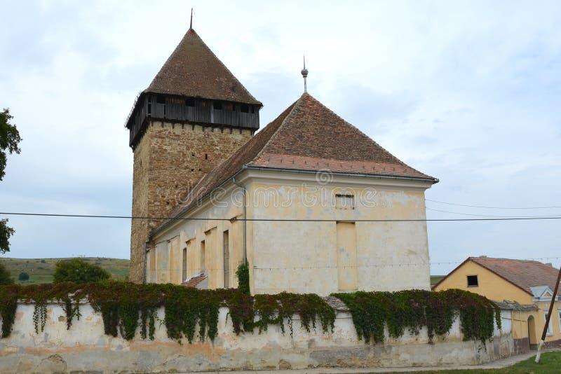 Warownego średniowiecznego saxon ewangelicki kościół w wiosce Barcut, Bekokten, Brekolten, Transylvania, Rumunia obrazy royalty free