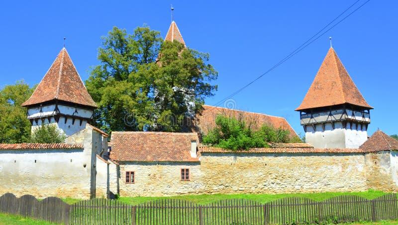 Warowny średniowieczny saxon kościół w wiosce Cincsor, Kleinschenk, Transylvania, Rumunia zdjęcia stock