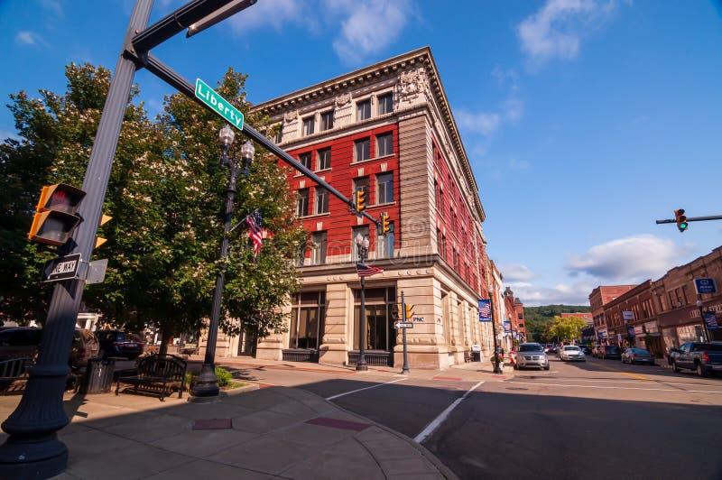 Warren, Pensylwania, USA 8/30/2019 Budynek na skrzyżowaniu Liberty Street i Second Avenue zdjęcia royalty free
