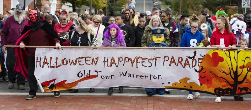 Warrenton, Virginia/USA-10/28/18: Insegna di trasporto della folla alla parata di Halloween Happyfest in Città Vecchia Warrenton fotografie stock libere da diritti