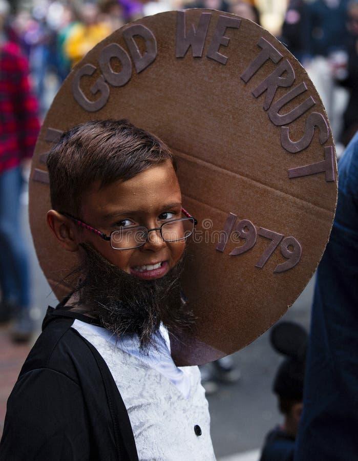 Warrenton, Virginia/USA-10/28/18: Menino vestido como uma moeda de um centavo na parada de Dia das Bruxas Happyfest na cidade vel fotografia de stock