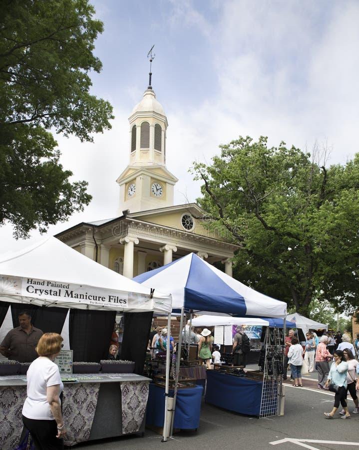 Warrenton, Virginia/USA-5-19-17: Tende del venditore davanti alla Camera di corte di Warrenton durante il festival di primavera fotografie stock