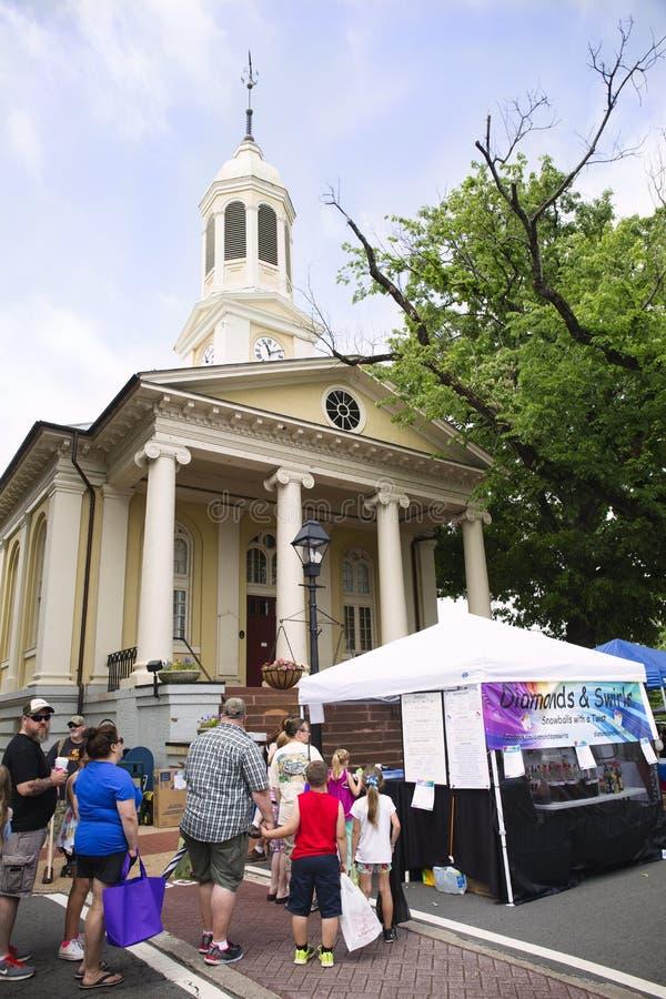Warrenton, Virginia/USA-5-19-17: Tende del venditore davanti alla Camera di corte di Warrenton durante il festival di primavera fotografia stock libera da diritti