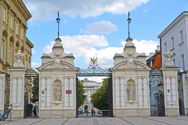 Warsaw Polen Maingaten av Warszawauniversitetet på gatan den Krakow förorten royaltyfria bilder