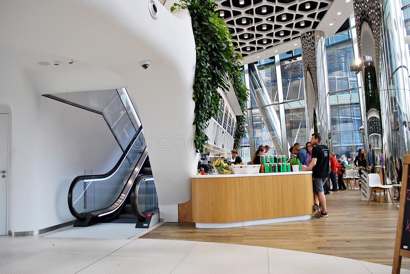 Warschau-Helm Modernes Bürohaus lizenzfreie stockfotos
