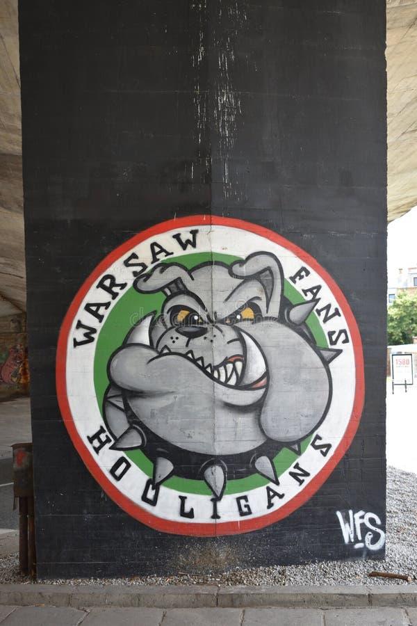 Warschau lockert Rowdys, Graffiti mit einer Bulldogge auf, die Fußball-Vereinfans Legia Warschau eingeweiht wird lizenzfreies stockfoto