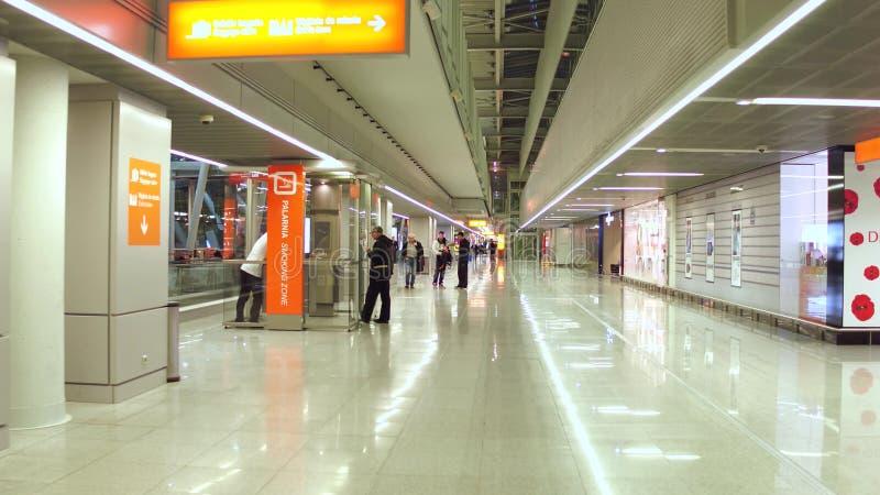 WARSCHAU, POLEN - DEZEMBER, 24 Abfahrtaufenthaltsraum des internationalen Flughafens, zollfreie Speicher und rauchende Zone lizenzfreie stockfotografie