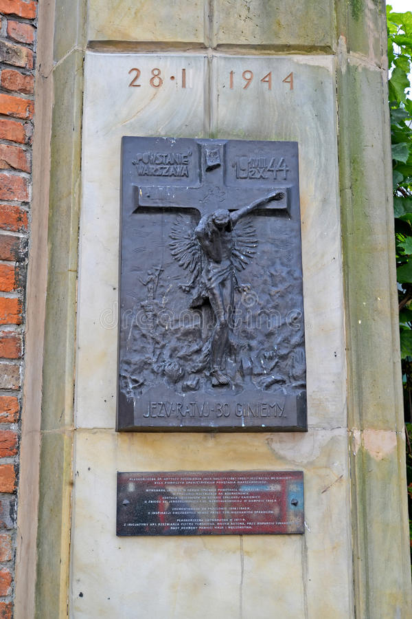 Warschau, Polen Ein Stele mit einer Kreuzigung Ein Denkmal zu den Toten während des Warschaus lehnen am 28. Januar 1944 auf lizenzfreie stockfotografie