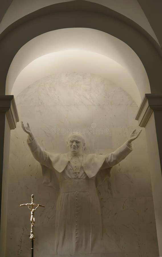 Warschau, Polen Eine Statue des Papstes John Paul II in einer Nische einer Kathedralenkirche des heiligen Kreuzes lizenzfreies stockfoto