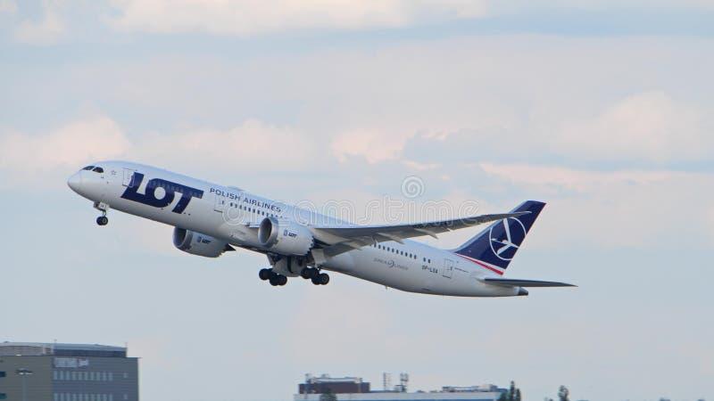 WARSCHAU, POLEN - 15. JUNI 2018 LOT Polish Airlines SP-LSA Boeing 787-9 Dreamliner entfernen sich lizenzfreie stockfotos