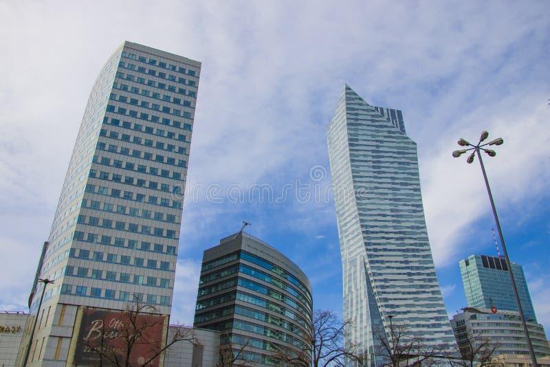 Warschau, Polen, am 10. März 2019: Bürogebäude nahe dem Palast der Kultur und der Wissenschaft, Warschau stockbild