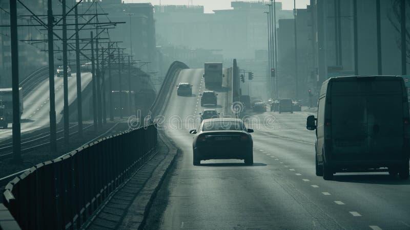 WARSCHAU, POLEN - 5. MÄRZ 2018 Hauptstraßeverkehr im Stadtsmog stockfotografie