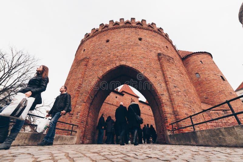 WARSCHAU, POLEN - März 2018 historische Tür von Warschau mit Touristen, eine mittelalterliche Verstärkung in Warschau-Mitte Polen lizenzfreie stockbilder
